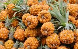 ananasa targowy stojak Zdjęcia Royalty Free