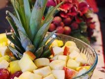 Ananasbladeren die een Fruitkom versieren royalty-vrije stock afbeeldingen