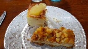Ananascake en appeltaart stock foto's