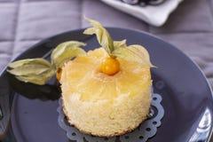 Ananascake met verse ananas stock foto