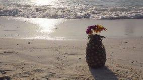 Ananascocktail op het strand, golven op kust worden gerold die stock video