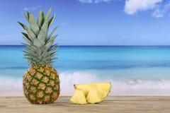 Ananasfrucht im Sommer auf dem Strand Stockfotografie