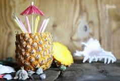 Ananasfrucht mit Geburtstagskerzen Lizenzfreie Stockbilder