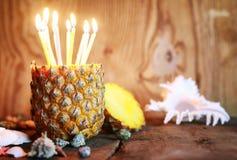 Ananasfrucht mit Geburtstagskerzen Lizenzfreies Stockfoto
