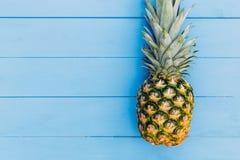 Ananasfruit op blauwe houten achtergrond royalty-vrije stock foto's
