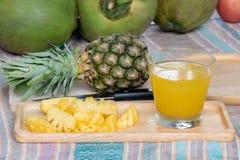 Ananasfruktsaft och ananas arkivbild