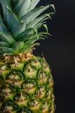 Ananasfruktslut upp, svart bakgrund Fotografering för Bildbyråer