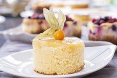 Ananaskuchen mit frischer Ananas stockfoto