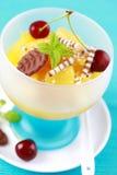 Ananasnachtisch mit Kirsche Stockbild