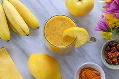 Ananasowego tumeric podżegający smoothie zdjęcie royalty free
