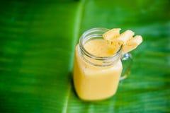 Ananasowy koktajl z plasterkiem na bananowy liść Tropikalny pojęcie Fotografia Royalty Free