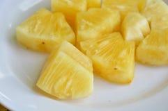 Ananasowy plasterek na bielu talerzu Zdjęcia Royalty Free