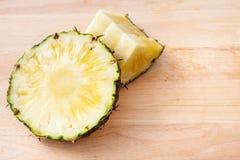 Ananasowy plasterek na drewnianym Fotografia Stock