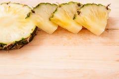 Ananasowy plasterek na drewnianym Zdjęcie Stock