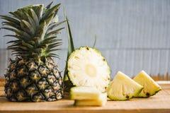 Ananasowy plasterek na drewnianym stole - Świeża ananasowa lato owoc obrazy royalty free