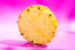 Ananasowy plasterek na różowym tle Zdjęcie Stock