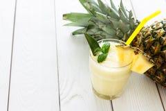 Ananasowy Smoothie z mennicą i ananasem na Lekkim Białym tle, Horyzontalnym obrazy stock
