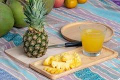 Ananasowy sok i ananas zdjęcia royalty free