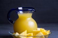 Ananasowy sok na drewnianym tle fotografia stock