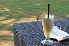 Ananasowy sok na stole Zdjęcia Royalty Free