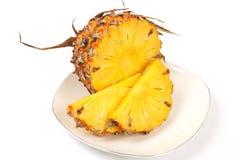 Ananasplakken in een schotel op een witte achtergrond Royalty-vrije Stock Foto's