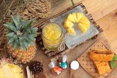 Ananassaft und frische Ananas mit Brot backten mit pineap Lizenzfreie Stockfotos