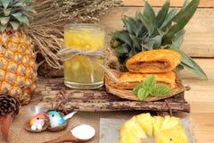 Ananassaft und frische Ananas mit Brot backten mit pineap Lizenzfreie Stockbilder
