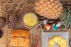 Ananassaft und frische Ananas mit Brot backten mit pineap Lizenzfreies Stockfoto