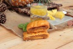 Ananassaft und frische Ananas mit Brot backten mit pineap Stockfotografie