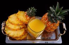 Ananassap met ananas Stock Afbeeldingen
