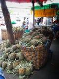 Ananassen in de mand klaar om worden verkocht Stock Afbeelding