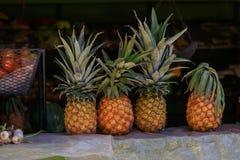 Ananassen in een tribune van een markt Stock Afbeelding