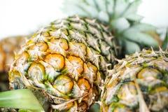 Ananassen op zo zoete lijst, Groep objecten fruit stock afbeelding