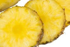 Ananasskiva som isoleras på den vita bakgrundsnärbilden Fotografering för Bildbyråer