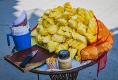 Ananasskivor med kniven, träskärbräda, saltar och Toothp arkivbilder