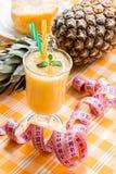 Ananassmoothie und -zentimeter Stockfotografie