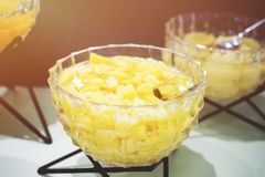 Ananasstücke in der Schüssel Stockfoto