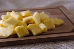 Ananasstukken op Scherpe Raad Royalty-vrije Stock Afbeelding