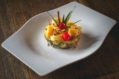 Ananaswüste mit Früchten Lizenzfreie Stockfotos