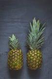 Ananasy na ciemnego tła odgórnym widoku Zdjęcia Stock