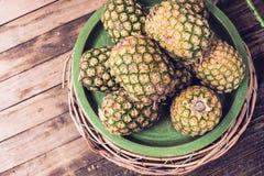 Ananasy w koszykowym odgórnym widoku Fotografia Royalty Free