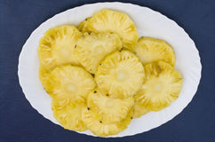 Ananasy w talerzu Zdjęcia Stock