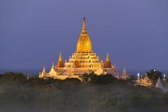 Ananda Pagoda iluminado em Bagan na noite Fotografia de Stock Royalty Free