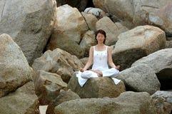 Ananda Yoga auf dem Felsen Stockfoto