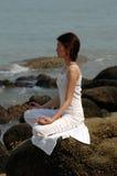 Ananda Yoga auf dem Felsen Stockbild
