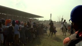 Anandpur Sahib, India - 20180302 - Hola Mohalla - Sikh Festival - Overvol Paardenras dicht bij Publiek stock videobeelden