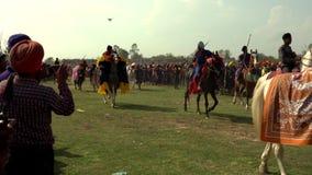 Anandpur Sahib, India - 20180302 - Hola Mohalla - Sikh Festival - Paardparade vóór Hoofdgebeurtenis stock video