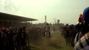 Anandpur Sahib, India - 20180302 - Hola Mohalla - Sikh Festival - Publiek overbevolkt het Rennen Paarden stock footage