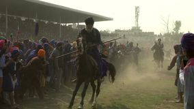 Anandpur Sahib, India - 20180302 - Hola Mohalla - Sikh Festival - Ruitersras voorbij Menigte stock video
