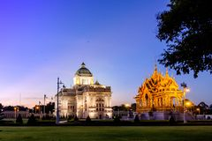Ananta Samakhom slott och solnedgånghimmel Arkivfoton